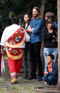 Maroon five visita el museo de antropología de la Ciudad de México