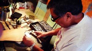 Artesanos mexicanos trabajando diferentes materiales
